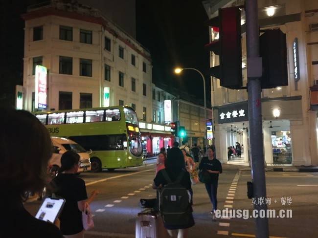 在新加坡�x高中一年要多少�M用