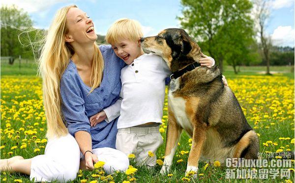 外国小孩与动物图片
